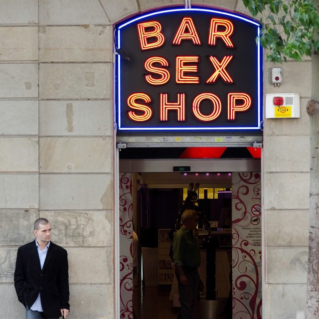Looks like this guy can kill 2 birds with one stone. Barcelona 2011. Sunday fun day.